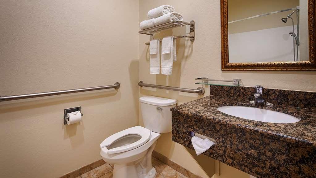 Best Western Lockhart Hotel & Suites - Accessible Bathroom