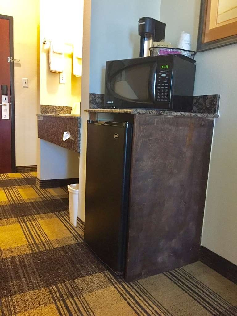 Best Western Lockhart Hotel & Suites - Our guest rooms come fully equipped with a microwave and refrigerator.