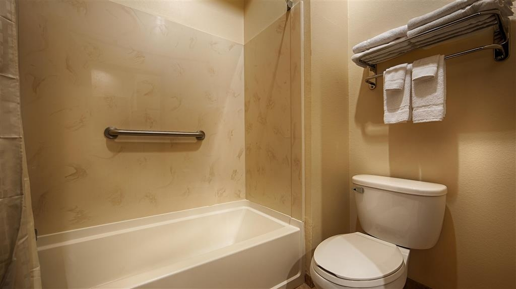 Best Western Lockhart Hotel & Suites - Guest Bathroom