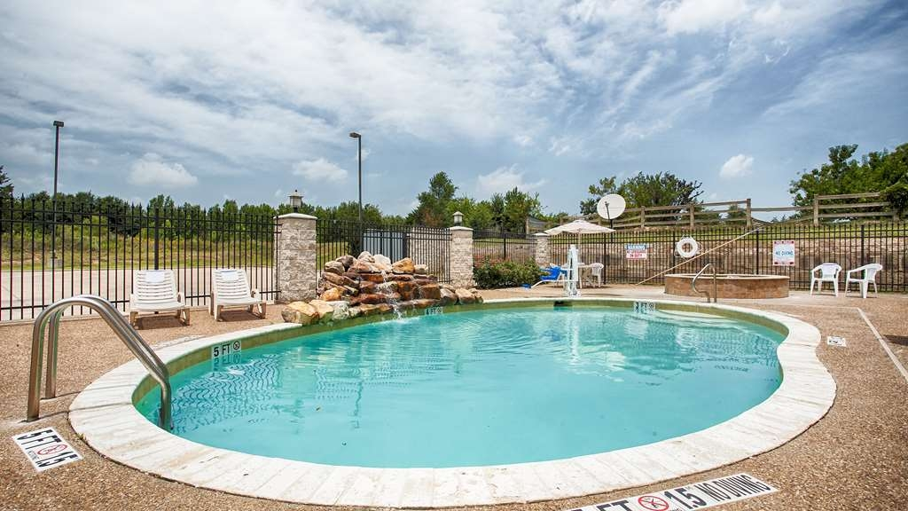 Best Western Mineola Inn - Relax and feel rejuvinated with a swim in our oudoor swimming pool and hot tub.