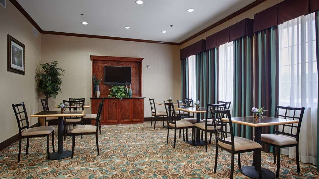 Best Western Mineola Inn - Choose from a wide selection of seating to enjoy your morning meal.