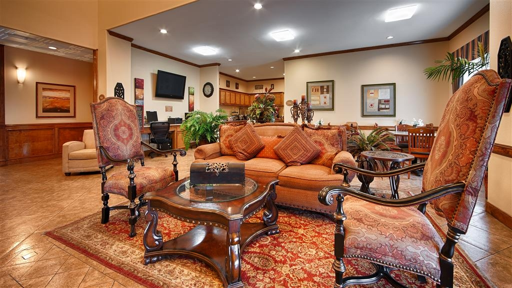 Best Western Plus Schulenburg Inn & Suites - El vestíbulo de nuestro hotel cuenta con un cómodo espacio para leer un libro o socializar con compañeros de trabajo y amigos.