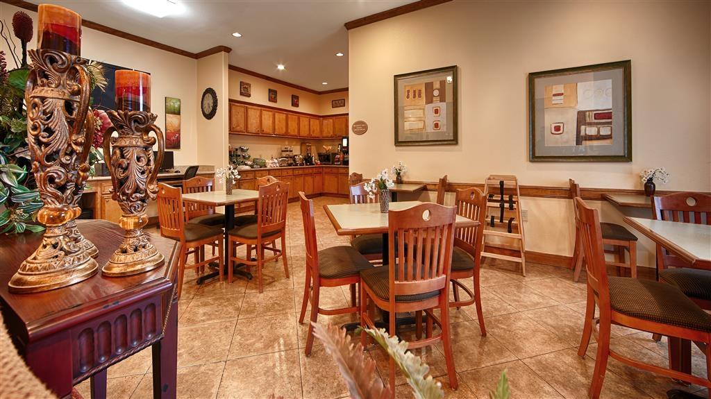 Best Western Plus Schulenburg Inn & Suites - Escoja una de nuestras cómodas mesas para disfrutar de su desayuno.