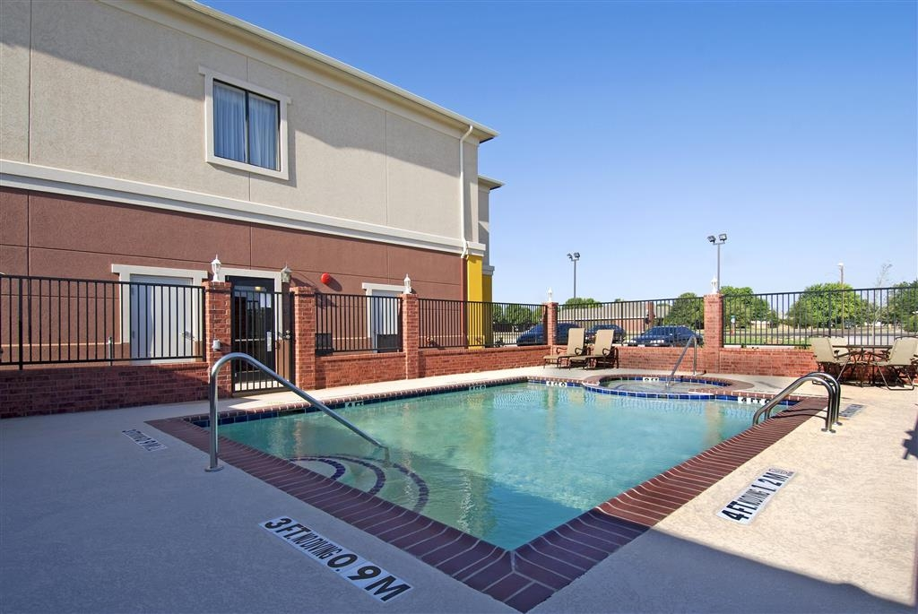 Best Western Littlefield Inn & Suites - Soak up the sun in one of our comfortable lounge chairs by our outdoor swimming pool and hot tub.
