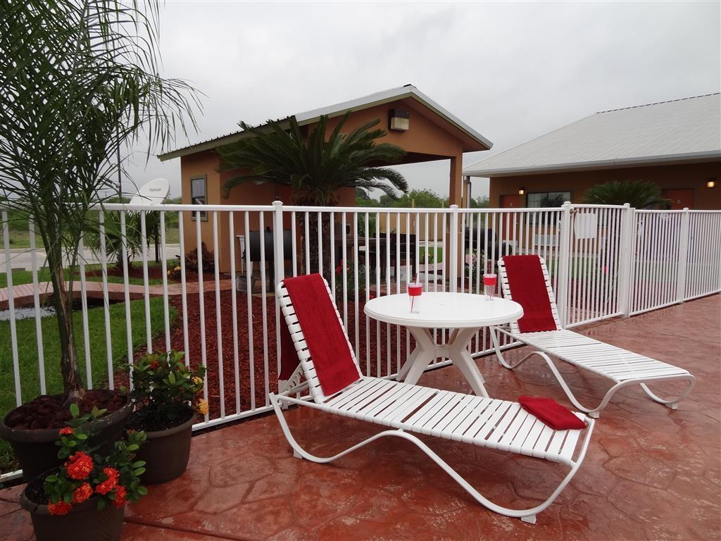Best Western Hebbronville Inn - Relájese tomando el sol en una de nuestras cómodas chaises longues junto a la piscina al aire libre.