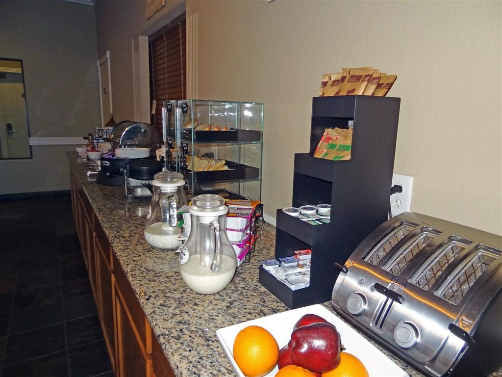 Best Western Hebbronville Inn - Installez-vous et profitez des informations du matin en buvant une délicieuse tasse de café.