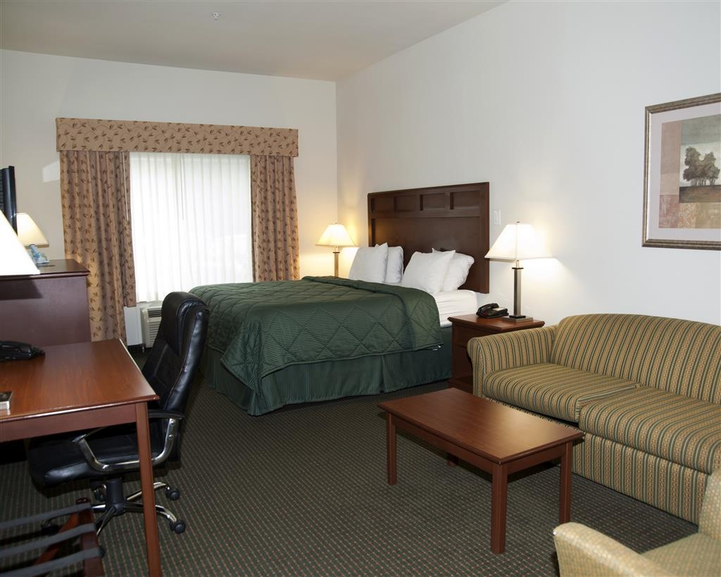 Best Western Comanche Inn - This king deluxe suite has all the comforts of home including a sofabed and a flat screen TV with HBO®.
