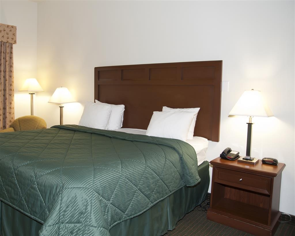 Best Western Comanche Inn - Wake up refreshed in this king guest room featuring a microwave and refrigerator.