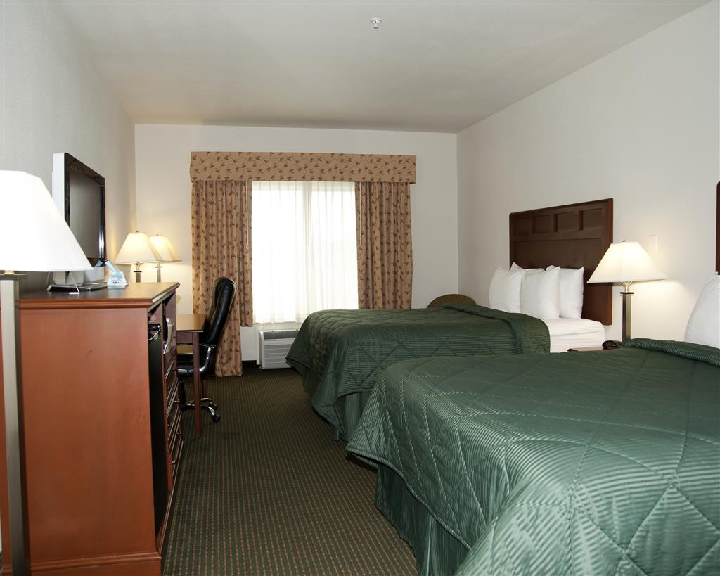 Best Western Comanche Inn - Bring your whole family along and book a two queen guest room.