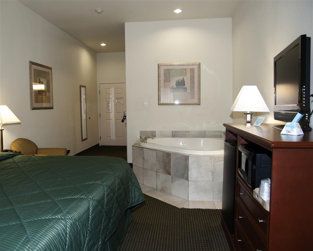 Best Western Comanche Inn - Enjoy a romantic getaway by treating yourself to a relaxing stay in our king Jacuzzi® room.