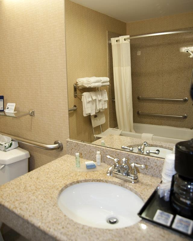 Best Western Comanche Inn - Enjoy getting ready for a day of adventure in this fully equipped mobility accessible guest bathroom with bathtub.