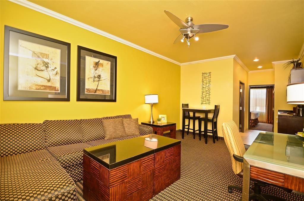 Best Western Plus Christopher Inn & Suites - Unsere Zweizimmer-Suiten bieten ein separates Wohnzimmer mit Schlafsofa.
