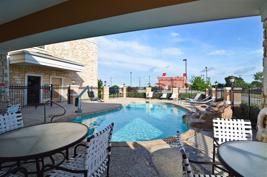 Best Western Plus Christopher Inn & Suites - Prenez le soleil sur l'une de nos confortables chaises longues installées au bord de la piscine extérieure.