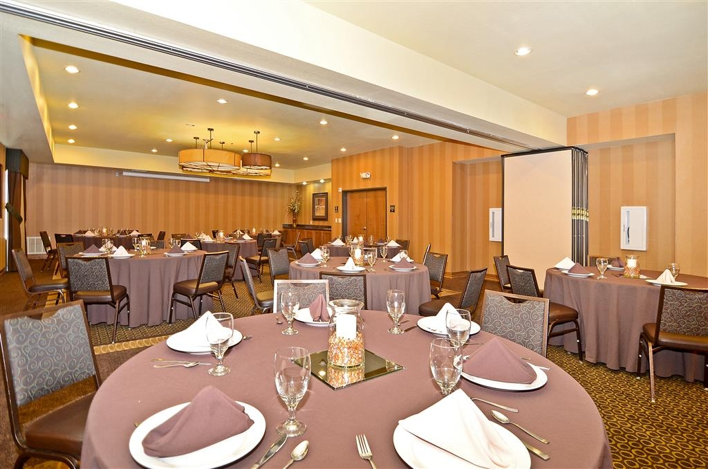 Best Western Plus Christopher Inn & Suites - Planifiez votre prochain événement élégant dans la salle Trinity spacieuse.