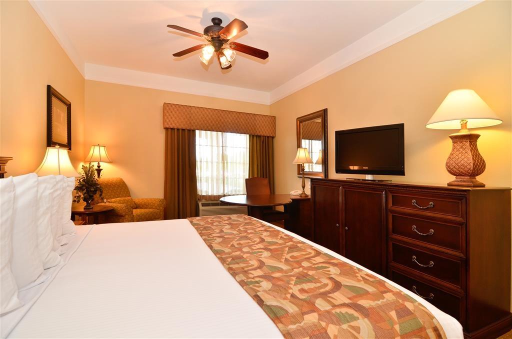 Best Western Plus Monica Royale Inn & Suites - Le nostre camere ben arredate sono dotate di televisori a schermo piatto, microonde, minibar, ventilatori a soffitto e grandi scrivanie.
