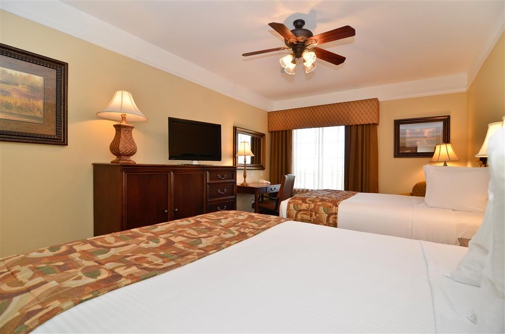 Best Western Plus Monica Royale Inn & Suites - Despiértese como nuevo tras haber descansado toda la noche en uno de nuestros magníficos colchones de acolchado doble.