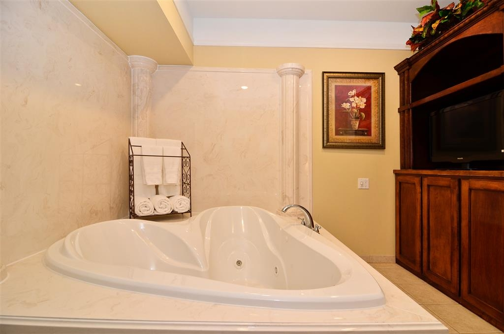 Best Western Plus Monica Royale Inn & Suites - La suite luna di miele offre vasca idromassaggio privata per due con televisore.