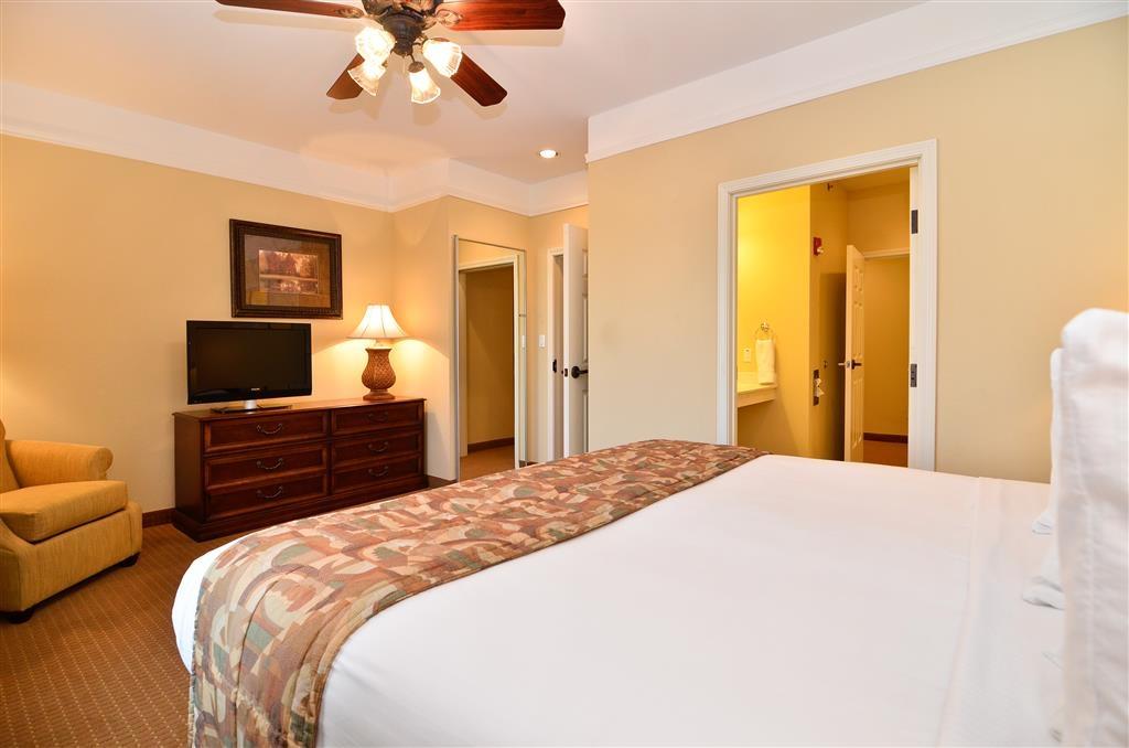 Best Western Plus Monica Royale Inn & Suites - Rimani connesso grazie all'accesso a Internet ad alta velocità gratuito e al televisore HD da 42 pollici della camera da letto.