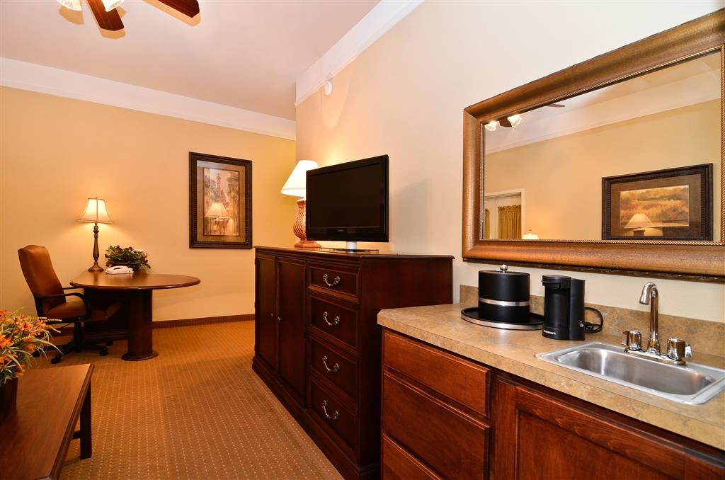 Best Western Plus Monica Royale Inn & Suites - La suite nupcial cuenta con tres televisores de alta definición y una cocina pequeña con microondas y mininevera.