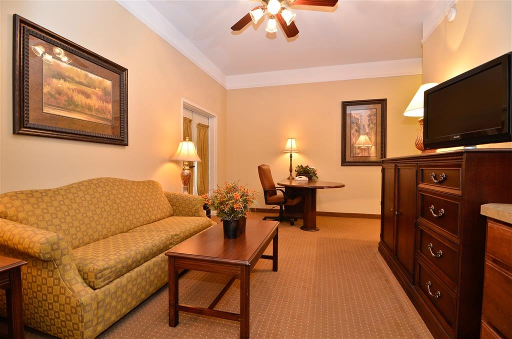 Best Western Plus Monica Royale Inn & Suites - La nostra meravigliosa suite luna di miele dispone di tre televisori a schermo piatto, microonde, minibar, ventilatore a soffitto, divano letto e un'ampia scrivania.