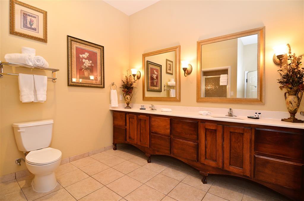 Best Western Plus Monica Royale Inn & Suites - La très grande salle de bains de notre suite Lune de miel dispose d'un très grand lavabo et d'une douche.