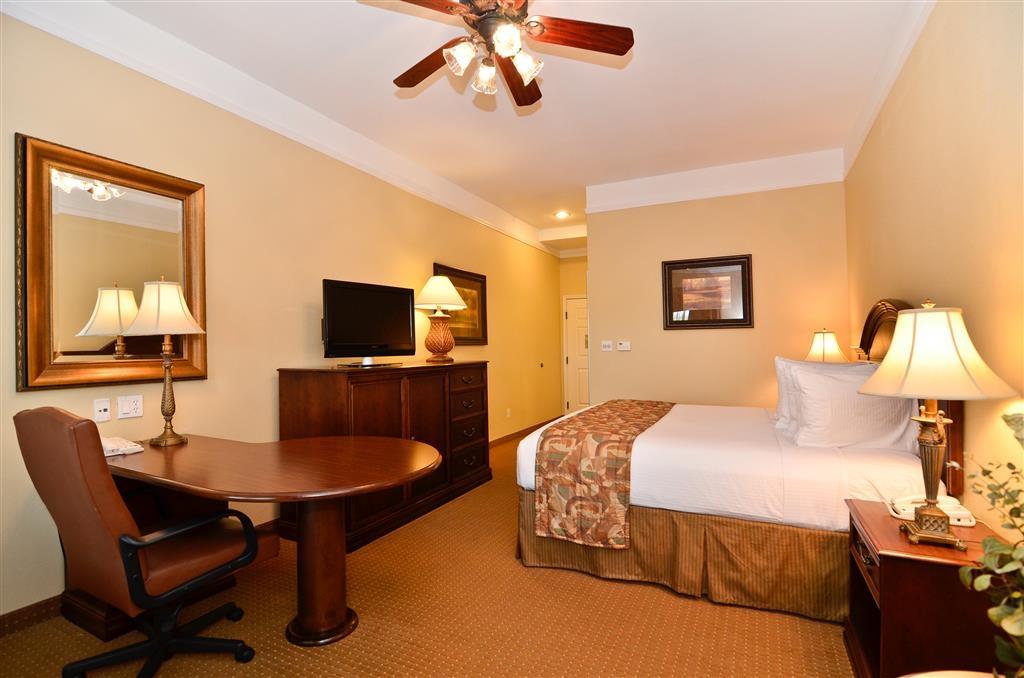 Best Western Plus Monica Royale Inn & Suites - Ogni camera è dotata di televisore a schermo piatto, microonde, minibar, ventilatore a soffitto e una grande scrivania.