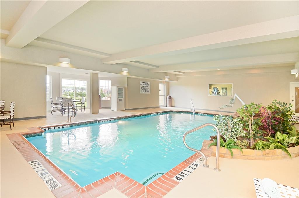 Best Western Plus Monica Royale Inn & Suites - Échappez aux éléments et amusez-vous dans notre piscine intérieure avec chute d'eau rocheuse.