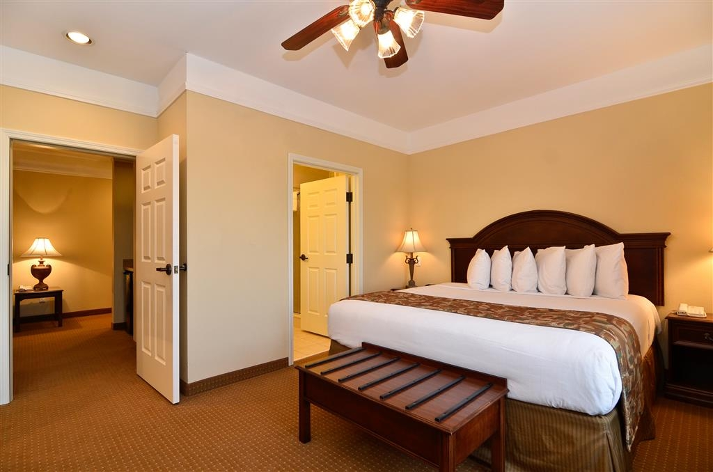 Best Western Plus Monica Royale Inn & Suites - Our 2-Room Suite offers a separate living room with a sleeper sofa.