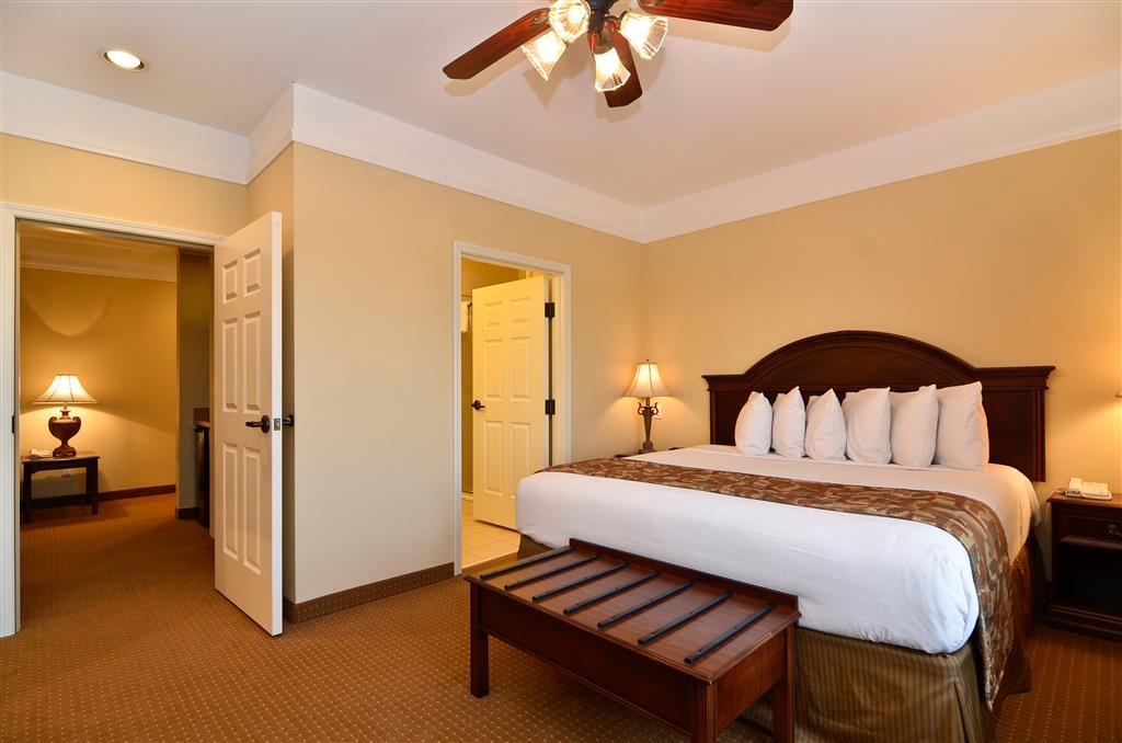 Best Western Plus Monica Royale Inn & Suites - La nostra suite con due camere dispone di un soggiorno separato con un divano letto.