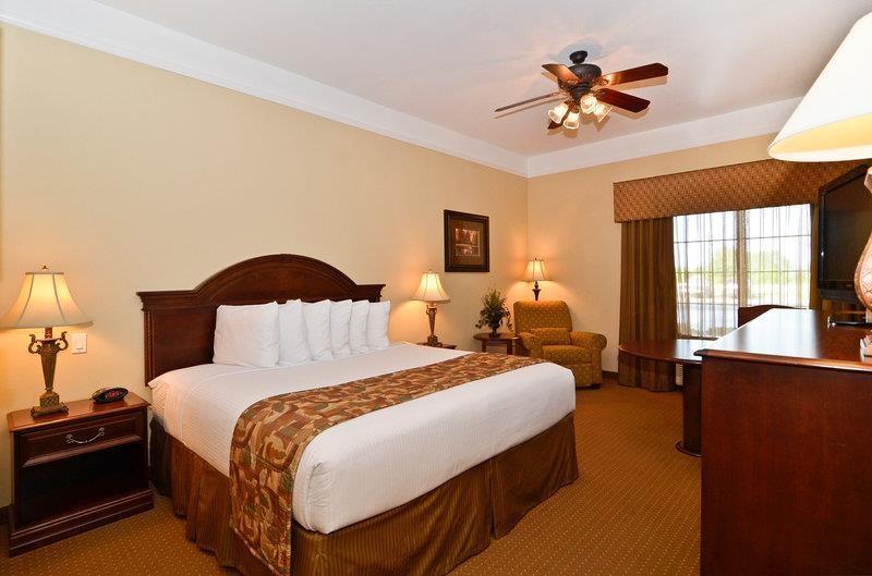 Best Western Plus Monica Royale Inn & Suites - Nuestras habitaciones están equipadas de forma muy completa con televisores de pantalla plana, microondas, minineveras, ventiladores de techo y escritorio de gran tamaño.