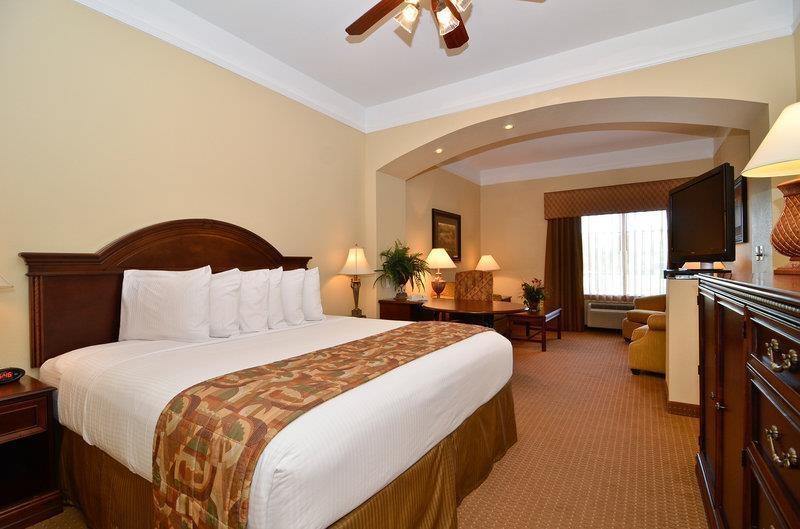 Best Western Plus Monica Royale Inn & Suites - Notre magnifique suite avec lit king size est équipée de la télévision à écran plat, d'un four à micro-ondes, d'un mini-réfrigérateur, d'un ventilateur de plafond, d'un canapé-lit et d'un grand bureau.