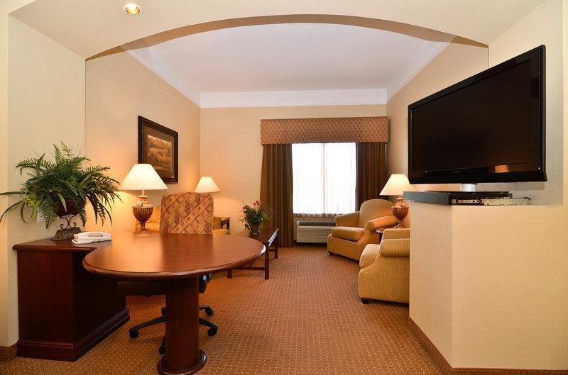 Best Western Plus Monica Royale Inn & Suites - Notre magnifique mini-suite avec lit king size est équipée d'une télévision à écran plat, d'un four à micro-ondes, d'un mini-réfrigérateur, d'un ventilateur de plafond, d'un canapé-lit et d'un grand bureau.