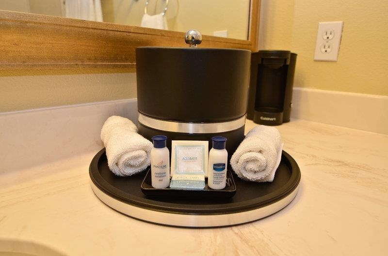 Best Western Plus Monica Royale Inn & Suites - Each guest room comes equipped with a coffee maker and a variety of bath amenities.