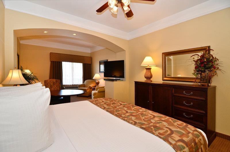 Best Western Plus Monica Royale Inn & Suites - Manténgase conectado en todo momento con acceso gratuito a Internet de alta velocidad televisor con pantalla de alta definición de 42 pulgadas en la habitación.