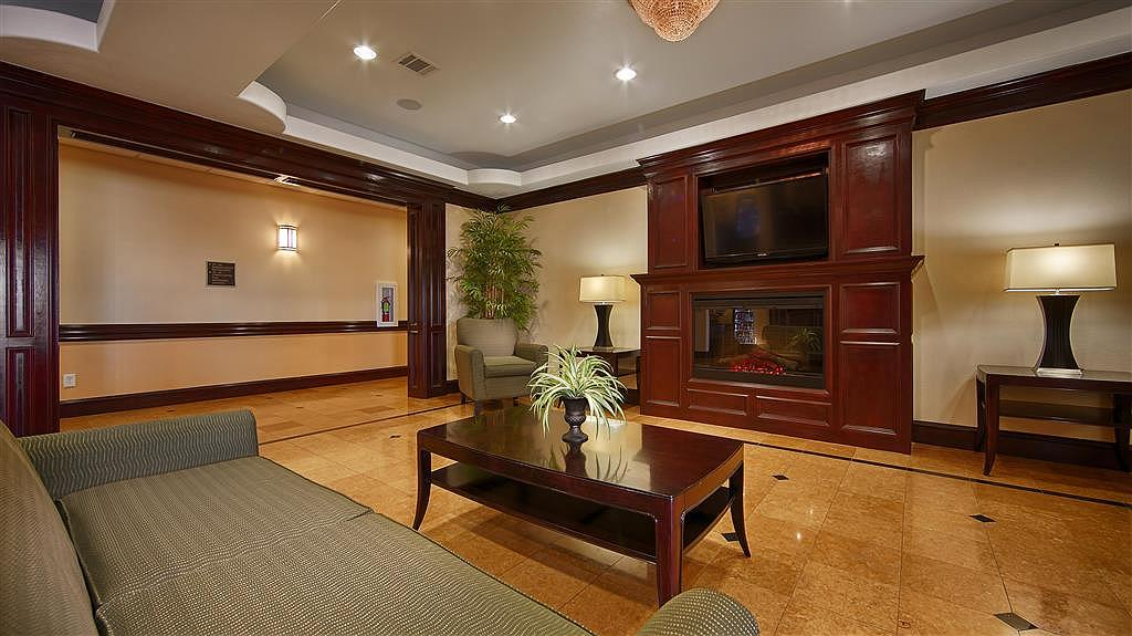 Best Western Plus Manvel Inn & Suites - Our hotel lobby area offers a comfortable place to read a book or socialize with colleagues and friends.