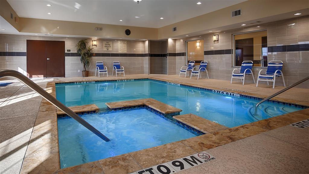 Best Western Plus Manvel Inn & Suites - Piscina cubierta y bañera de hidromasaje
