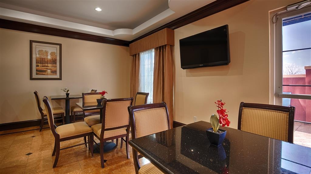 Best Western Plus Manvel Inn & Suites - Choose from a wide selection of seating to enjoy your morning meal.