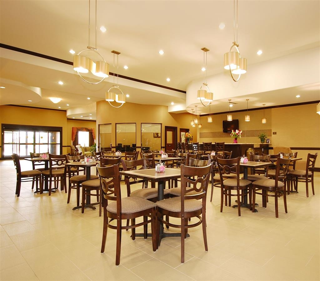 Best Western Plus Texoma Hotel & Suites - Choose from a wide selection of seating to enjoy your morning meal.