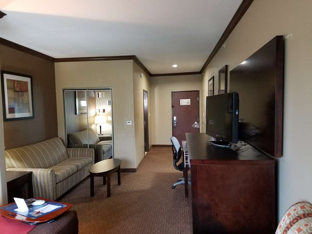 Best Western Plus Texoma Hotel & Suites - Enjoy this spacious suite with 2 bedrooms, each equipped with a king size bed and flat screen TV and a sofa bed.