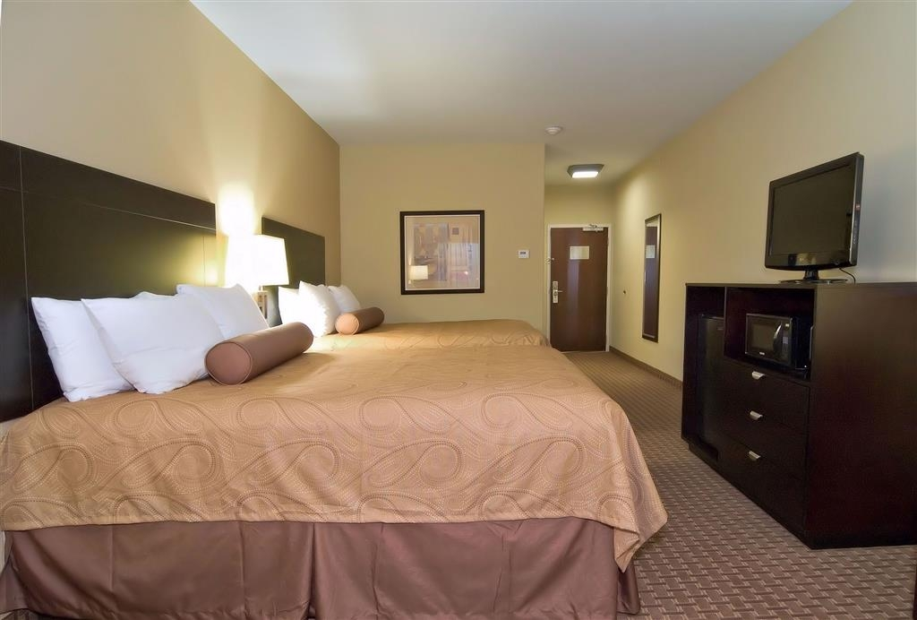 Best Western Bastrop Pines Inn - Bring your whole family along and book a two queen guest room.
