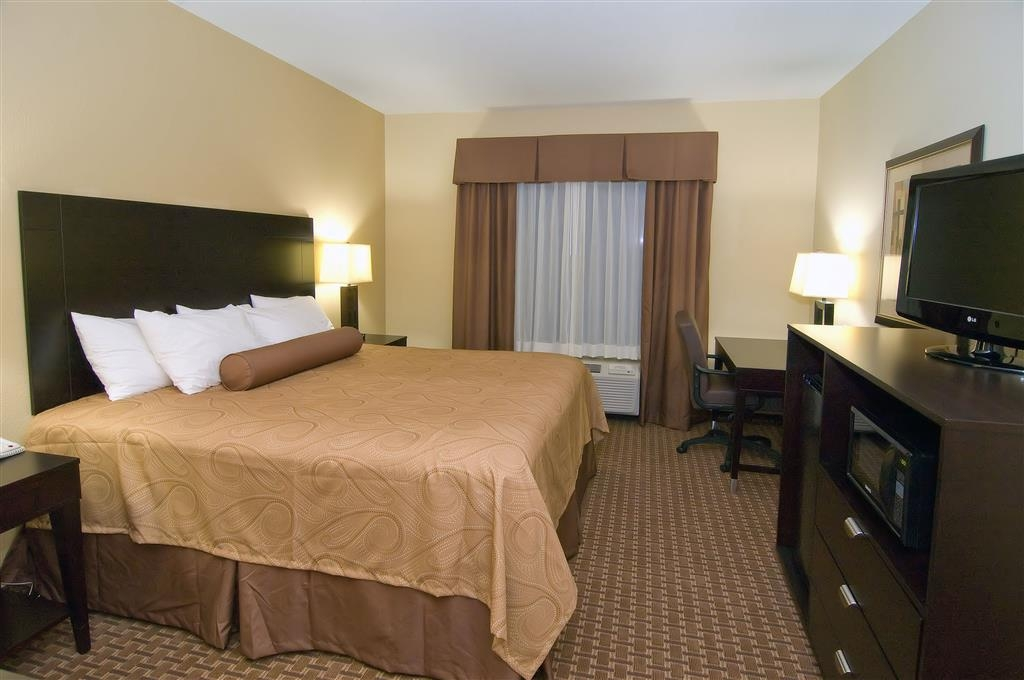Best Western Bastrop Pines Inn - Spend a relaxing night together in our king guest room.