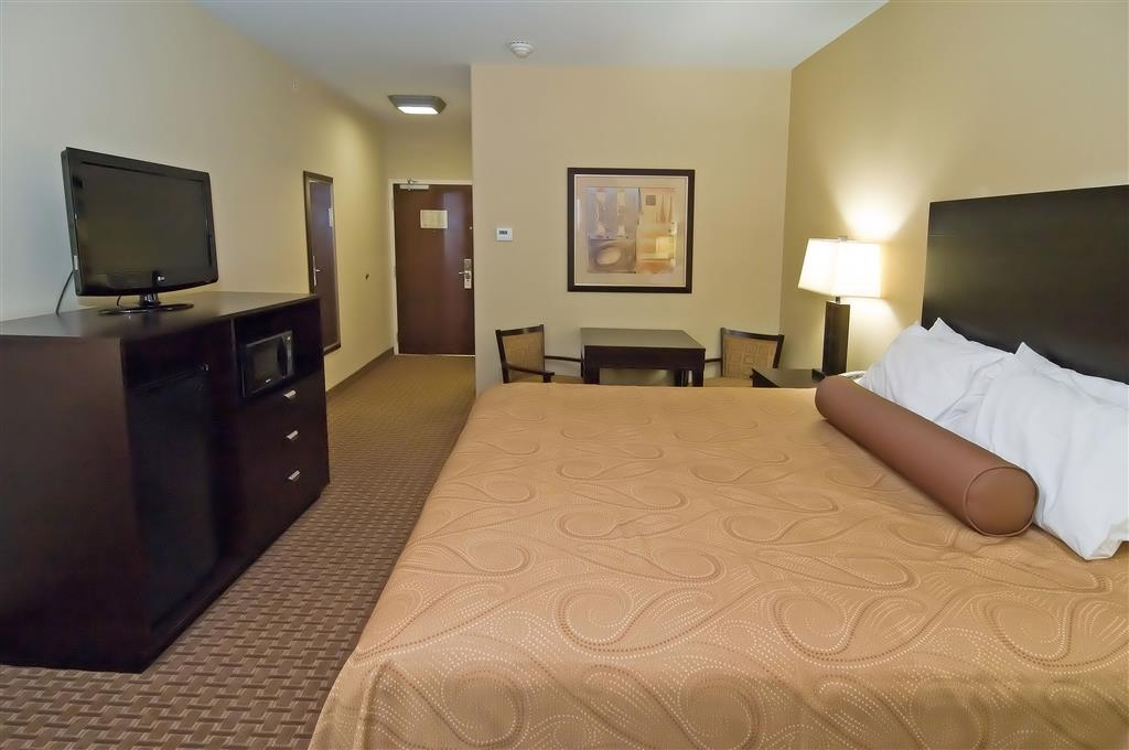 Best Western Bastrop Pines Inn - Enjoy a romantic getaway by treating yourself to a memorable stay in our king guest room.