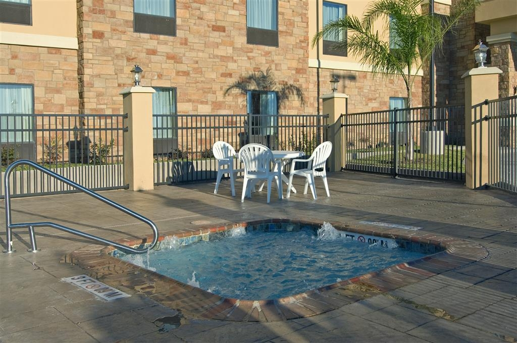 Best Western Bastrop Pines Inn - Don't let the weather stop you from jumping in! Our outdoor hot tub is heated year-round for you and your friends.