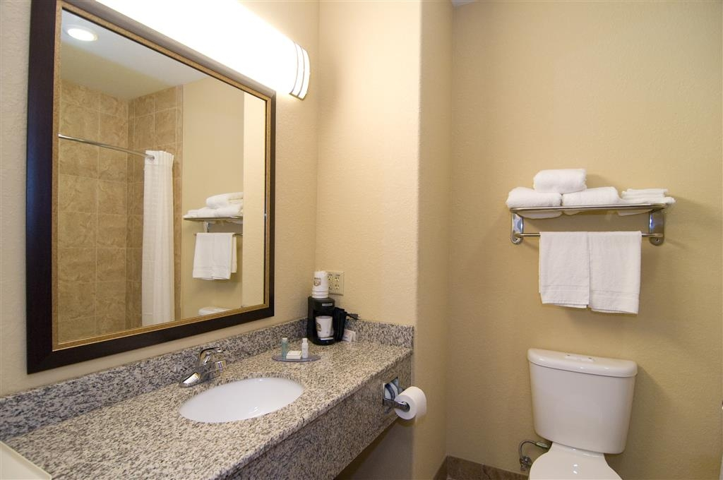Best Western Bastrop Pines Inn - Enjoy getting ready for a day of adventure in this fully equipped guest bathroom.