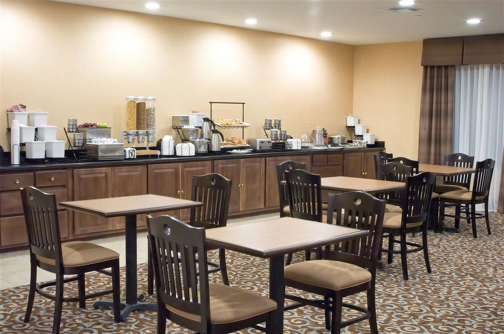Best Western Bastrop Pines Inn - Choose from a wide selection of seating to enjoy your morning meal.