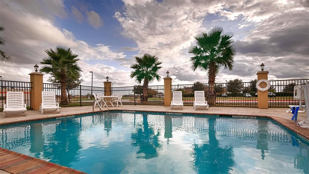 Best Western Bastrop Pines Inn - You'll immediately feel the beneficial effects on both your body and mind in our outdoor pool.