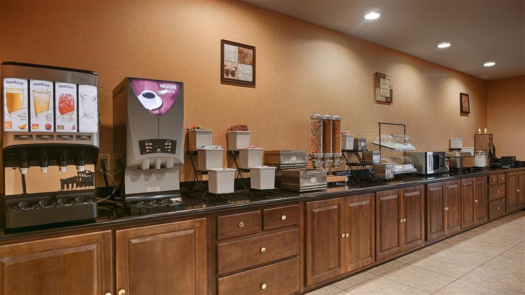 Best Western Bastrop Pines Inn - Enjoy a balanced and delicious breakfast with choices for everyone.