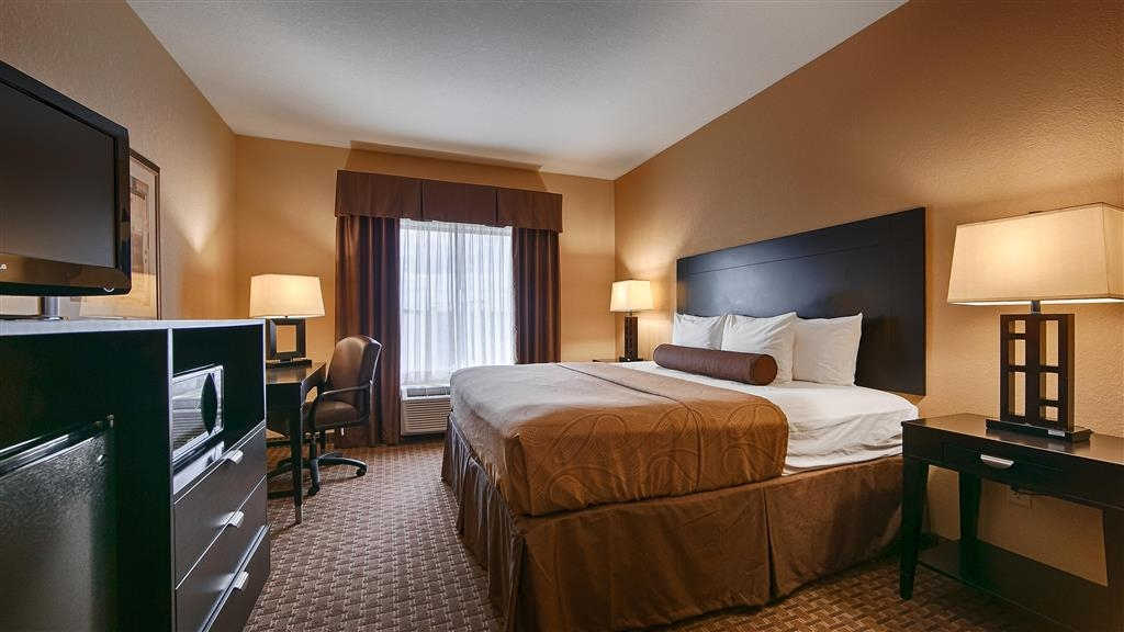 Best Western Bastrop Pines Inn - Indulge yourself in our warm, welcoming and inviting king room.