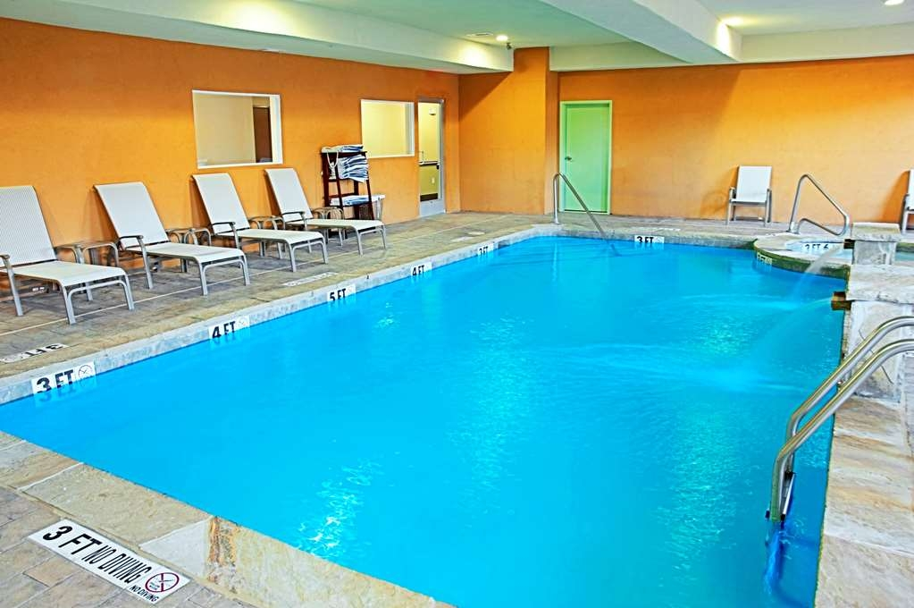 Best Western Bowie Inn & Suites - Don't let the weather stop you from jumping in! Our indoor pool and hot tub is heated year-round for you and your friends.