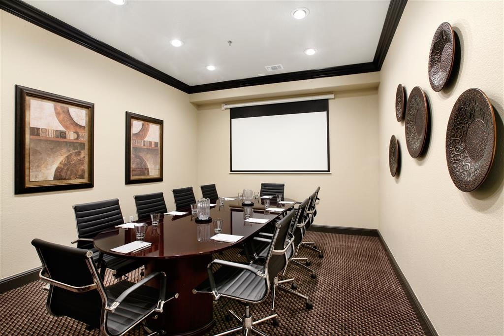 Best Western Premier Crown Chase Inn & Suites - Enjoy an intimate gathering in our boardroom that can accommodate up to 10 guests.